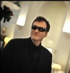 Ponyvaregény,Kill Bill, Becstelen brigantyk ...  Hát persze hogy  Quentin Tarantino! Itt épp egy Police szemüveg mögé rejt?zve.
